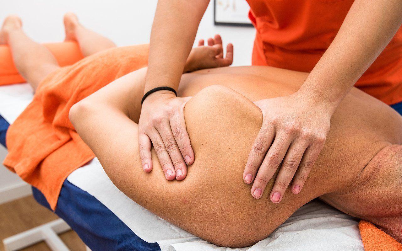 Detalle de un masaje en la clavícula Osteomás osteopatía osteópatas Alcobendas